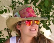 sombrero ala con flores rojas